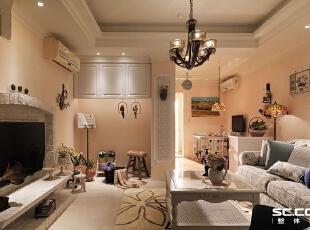 客厅设计: 雪奶黄壁面围绕的情境中,碎花布沙发、质朴壁炉与风格软件配饰,呈现一幅可爱温暖的夏日乡村小屋风情画。,117平,16万,田园,两居,