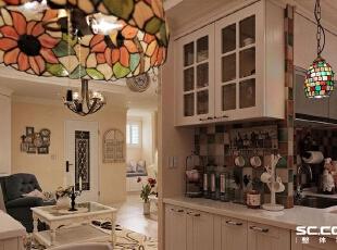 厨房设计: 白色厨具墙面贴饰彩色复古砖,呈现原汁原味的乡村风情。,117平,16万,田园,两居,
