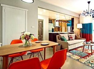 餐厅用了属于春夏活泼明快的橘色餐椅来点缀就餐氛围,89平,7万,欧式,两居,餐厅,
