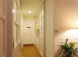 这个过道空间这么看来或许显得略为狭窄一点,其实平时在这边走进走出的也没觉得不方便或是狭窄的感觉,砖墙墙面一直延伸到转角过道墙面,以之所以选择白色系,还能让整个空间有视觉扩容感。,70平,8万,美式,两居,