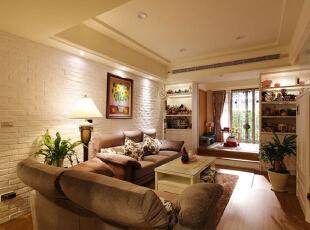 沙发背景墙在设计师的建议下打造成了整面白色砖墙,大地色系的沙发座在这间客厅中也显得舒适自然,简约的吊顶线条中和了整间客厅略显繁复的感觉。,70平,8万,美式,两居,