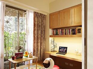 这样看上去,这间客厅空间中还不是带有一种时尚又古朴的乡村气息呢?这面白色砖墙真的是大爱啊。,70平,8万,美式,两居,