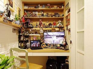 这间屋子可以说是我的宝贝储藏室,本来装修的时候其实是想作为书房来用的,因为平时喜欢收藏很多动漫人物模型,以至于最后无处收纳,后来就用这间屋子来作为收纳这些宝贝之用,偶尔在这用电脑看看动画也算舒适啦。,70平,8万,美式,两居,