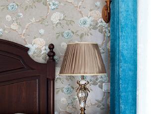 主卧采用了简单的花纹墙纸,没有冗余的装饰,体现了美式风格中的温馨舒适。造型独特的各式吊灯、台灯、壁灯,也使空间充满了古典韵致。,89平,30万,美式,小户型,卧室,春色,