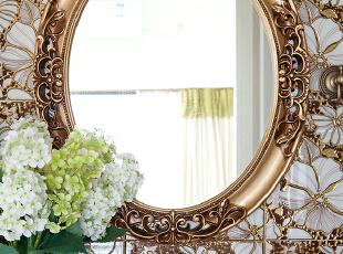 洗手台小巧的空间,金属花纹的镜框和墙面,与淡雅的插花,构成一幅对立但又和谐的画面。鉴于这种小巧的空间,洗手间半开放式的设计,使得洗手台与洗手间既相通又相对独立,加强了洗手间的功用性。,89平,30万,美式,小户型,卫生间,黄色,