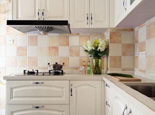 厨房光亮整洁,地面是深色的地砖,耐脏,墙上是复古瓷砖,又起到了很好的调色作用。L型的设计,进门依次是洗、切、炒,流水线型的合理置位,让每天的柴米油盐,变得更富生活情调。,89平,30万,美式,小户型,厨房,白色,蓝色,