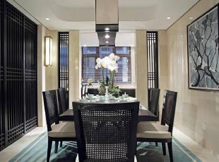 餐厅,温馨的暖色筒灯搭配方形吊灯,用餐区放置青瓷摆设,和地毯的松石绿颜色相呼应。营造情感的氛围,在设计的时候能充分理解作为用餐功能的空间,体现现代中式的时尚儒雅,400平,50万,现代,别墅,餐厅,