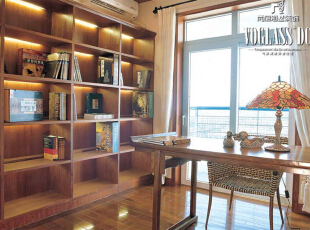 五、 书房灯具的选择   静谧、简洁是对书房的环境的基本要求,这就要求书房要有较高的照度值,又要有宁静的光环境。因此,书房内应保证简单的主体照明,可采用单叉吊灯或日光灯;在台面上应有定向而明亮的灯光,白炽灯是最合适的选择;书房中的灯具不宜过于张扬,以典雅隽秀为好,以创造出一个供人阅读思考的环境。,300平,60万,现代,别墅,