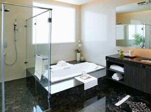 降板式浴缸设计,以黑金锋框定营造汤屋气息。,310平,42万,欧式,别墅,卫生间,