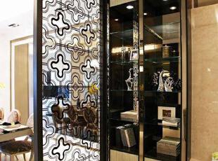 玻璃烤漆的屏风规划,图腾勾勒低调后方用餐空间。,310平,42万,欧式,别墅,餐厅,
