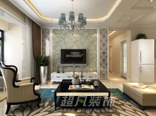 客厅电视背景墙设计简单大气,对称的镂空雕花,浅绿色带有枝蔓的壁纸给空间添加了时尚气息。,135平,12万,三居,欧式,客厅,