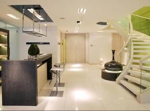楼梯 弧形白色楼梯 设计理念:楼梯采用白色木制楼梯  ,玻璃扶手给人让空间看起来干净整洁。绿色的背景加上楼梯底部的白色鹅卵石  搭配让这个空间看起来犹如一个小景区,似乎它并不是一个单一的交通空间。,280平,70万,现代,别墅,楼梯,白色,绿色,