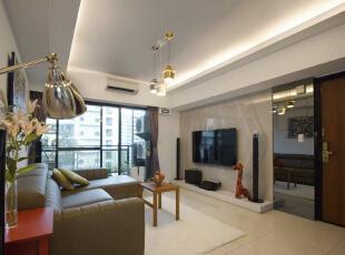 使用灰镜修饰电箱的存在,也让空间感与明亮度再次提升。,70平,6万,简约,两居,客厅,白色,