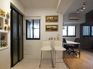 因应现代小家庭习惯,餐桌的使用频率不高,因此特别采买折叠餐桌,节省空间释放宽敞动线。,70平,6万,简约,两居,餐厅,白色,书房,黑白,
