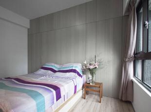 床头上方的梁导致床位不易摆放,设计师用梁下空间规划平整立面,并将实用机能一并隐藏。,70平,6万,简约,两居,卧室,白色,