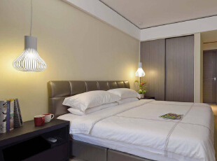 简简单单的卧室中,需要的只是那每天清晨从纱帘中透过的第一缕阳光。,125平,13万,简约,三居,卧室,