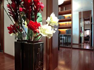 整个空间从客厅到书房都运用了地板铺设。地板的大量运用,与各种木质家具协调一致,这样既不会像地砖一样给人带来冰冷生硬的感觉,又充分衬托出空间的中式风格。,153平,18万,中式,四居,玄关,
