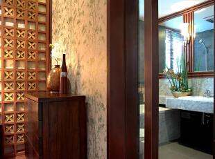 卫生间的门框和浴室镜框都采用了深色的木结构,与整体的风格呼应。其他装饰材料则以浅色石材为主,让位于空间显得明亮、洁净。,153平,18万,中式,四居,卫生间,