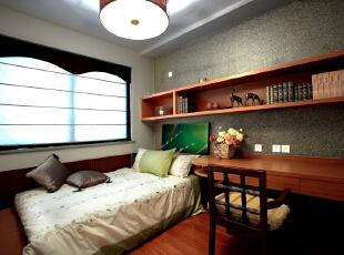 儿童房合理运用空间让孩子的学习和生活得到充分的发挥,床用塌方式不失传统意义的风格,同时也增加了一些活泼和童趣。,153平,18万,中式,四居,卧室,