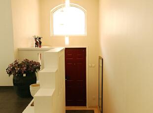 入门的门厅是一个缓冲过渡地段,虽然是居室中狭小的一角,却对整个居室空间起着至关重要的作用,是反应主人气质的脸面,是给客人第一映象的关键所在,必需精心设计,可繁可简,但不能可有可无,本案例门厅灯光有足够的照度,简约大方,让客人期待一览室内的风景。,280平,39万,混搭,别墅,