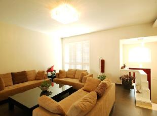 客厅作为家庭生活的重要活动区域之一,既是家庭生活休闲、娱乐、团聚的重要空间,又是接待客人对外社交的活动场所。所以客厅装修是家庭装修的重点,会客区的沙发很重要,直接影响到整体客厅的风格。本案沙发是整个客厅的亮点,运用了暖棕色,加上简单的装饰材料,主色调与整体环境和谐统一,营造出现代化的空间,稳重大气,品味高雅。,280平,39万,混搭,别墅,