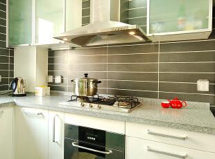 现代化的厨房是装修的重要组成部分,是制作食物的场所,光线充足,通风良好,环境洁净,使用方便,是现代化厨房的基本要求,颜色的选择以洁净,卫生为主。本案设计的厨房,采用了白色整体橱柜,显得更为洁净大方,采光更好,更好的打造了一个现代化的厨房。,280平,39万,混搭,别墅,