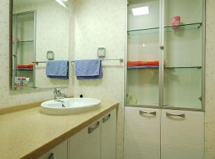 卫生间是家庭成员进行个人卫生的重要场所,是具有便溺和清洗的双重功能的特定环境,使用性强,利用率高,应该合理巧妙的利用每一寸面积,本案设计的两个卫生间,都讲究协调,规整,方便安全,防水,难用,易于清洗。不同的色彩,显示出不同的品味,主卫生间色彩稳重大方,美观得体,浴缸也是卫生间的主题,采用扇形,增加了浴室的曲线美;次卫生间,颜色明亮,干净整洁,整体的白色洁具,温和的灯光,气氛温馨,心情舒畅。,280平,39万,混搭,别墅,
