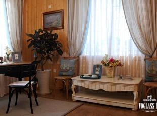 书房的格调以法国灰来体现,灰色的帘头,灰色的包边和挂饰,灰色的书柜,灰色的相框,灰色的地毯,灰色的装饰画,将灰色进行到底。,220平,70万,现代,别墅,