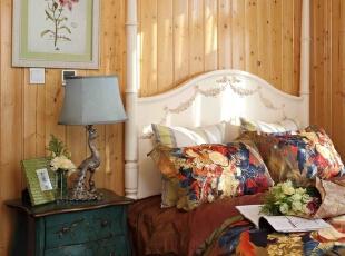 次卧室蓝绿色彩绘床头柜,灰蓝色灯罩孔雀灯,将主题色强调,大花的棉加丝床品,保证睡眠舒适的同时,舒展的大花图案又让人心情愉悦。,220平,70万,现代,别墅,