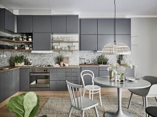 开放式的厨房为适应空间结构而打造出了层次感,灰色的橱柜让空间气氛变得沉稳,马赛克墙砖则带来了更加丰富的装饰元素。吊柜和搁板的组合让厨房中的不同收纳需求都得到了满足,绿色盆栽的点缀让空气清新了不少。,80平,10万,欧式,两居,
