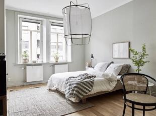 两扇窗户带来了良好的采光,明亮的光线让空间更显宽敞。藤椅散发着悠然闲适的生活味道,而造型独特的大吊灯,成了空间中一个引人注目的角色。,80平,10万,欧式,两居,