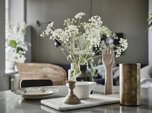 餐桌掠影。餐具、调味罐等小物件虽随意摆放却也有着精致的情调。餐桌中央的绿色植物带来自然的清新气息。生活的品位从细节中流露出来。,80平,10万,欧式,两居,