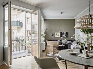 灰绿色背景墙显出几分安然,两幅挂画的装饰增添了艺术气息。L型沙发的宽度刚好适应了客厅空间。一盏简单的小吊灯诠释着北欧极简主义的理念,角落里的落地灯让照明更加丰富。一把藤椅摆在客厅中央,闲适的心情顿时满溢。,80平,10万,欧式,两居,