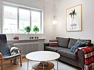 客厅并没有多余的装饰,一张小圆桌作为茶几,搭配深灰色布艺沙发和座椅子,色调鲜明,使空间感增强,一幅简单的涂鸦作品,让客厅增添些艺术感。,51平,6万,简约,一居,