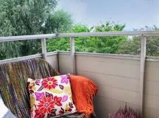 阳台一侧设计了简易的榻榻米,波西米亚风格毯子,让这个小角落充满着异域风情,夫妻俩休息的时候常来此坐坐,呼吸着室外的新鲜空气,聊聊天,感受二人甜蜜的生活。,51平,6万,简约,一居,