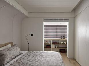 空间两侧都有梁体,床头上方以一道弧线修饰,跳色的主墙成为空间主要氛围,衣物收纳构成床尾立面,窗前则有独立的置物展示区。,127平,10万,简约,三居,卧室,白色,