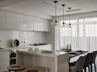拥有独立明亮采光导入面,将煮食机能沿墙规划,轻食吧台与餐桌成为空间中心,结晶钢烤纯净的色调,取代厨房繁杂的印象,围塑清新整洁的餐厨空间。,127平,10万,简约,三居,餐厅,白色,