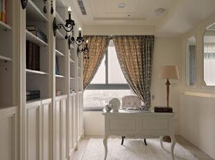 书房间的线板墙面,以看似不经意地手法带入灯光照明,但,实则为设计师加强结构稳定度的巧思设计,130平,15万,欧式,三居,书房,白色,