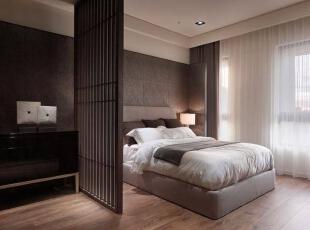 运用了格栅式的屏风规划,营造出更加安定的舒眠环境,也一併迴避了卫浴正对主床的风水忌讳。,156平,16万,简约,四居,卧室,黑白,