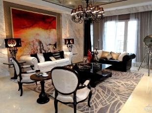 客厅的沙发椅子黑白相间,和背景墙上红色的壁画反差较大,灰色的地毯成为了调和色,使得客厅所有的别墅软装配饰相得益彰。,300平,160万,欧式,别墅,客厅,黑白,