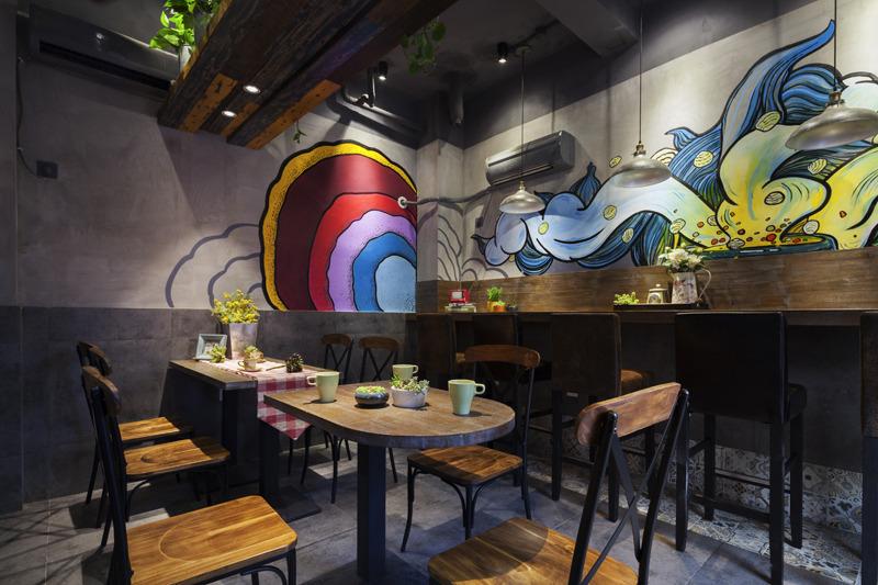 运用了做旧的地板加以彩色油漆,颜色跳跃的丙烯墙绘使整个空间显得