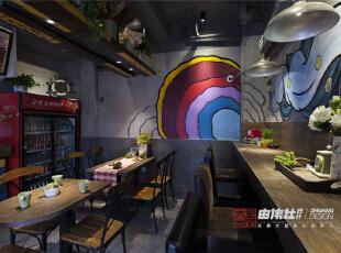 空间整体以灰色调呈现,运用了做旧的地板加以彩色油漆,颜色跳跃的丙烯墙绘使整个空间显得格外活泼起来。,28平,6.6万,混搭,Loft,餐厅,灰色,