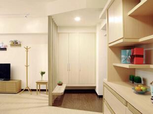 玄关由深色木地板划分出空间,几根垂直木条连通天花板与地面,形成了玄关与客厅的隔断,有效分隔空间的同时,通透的设计不会造成视觉上的阻碍。玄关处封闭式的衣柜设计能够有效收纳衣物,并且显得更为整洁美观。,70平,8万,简约,两居,