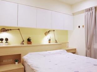 卧室不大,如何合理规划使用空间显得尤为重要。木制床头由于其相对较宽的宽度而兼具了置物功能,两盏床头台灯可以根据使用需求收起或拉出,吊柜的设计则有效利用了墙壁上方的空间,增加了收纳性。床尾则是占据整面墙的内嵌式衣柜,为衣物提供了充足的收纳空间。,70平,8万,简约,两居,