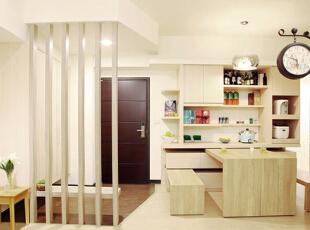 橱柜同样使用了木质板材,浅浅的色调与家居空间融为一体,显得清新雅致,搁架、抽屉等多功能收纳设计提供了充足且丰富的储物空间。值得关注的是,餐桌与餐椅均可收入橱柜内部,需要用餐时可以拉出,不用时则可以收起从而节省空间。,70平,8万,简约,两居,