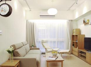 简之又简的设计彰显出设计师与屋主的独特品味,统一的淡雅色调让空间气氛显得格外宁静。除了布艺沙发外,茶几、电视柜、沙发边桌等均采用木质板式家具,简约的造型与浅色的木纹肌理显出自然的悠闲气息。沙发背景墙选择了大面积留白,电视背景墙则用几块简单的搁板来装饰。照明的设计上,既有球形吊灯带来的主光源,同时也安装了射灯来营造更加温馨的气氛。,70平,8万,简约,两居,