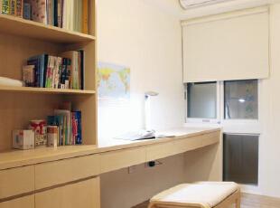 书房空间仍然以原木元素为主题,书架与书桌是连通的设计,显得更具整体性,小吊灯为这一小小阅读空间带来温馨的暖意。,70平,8万,简约,两居,
