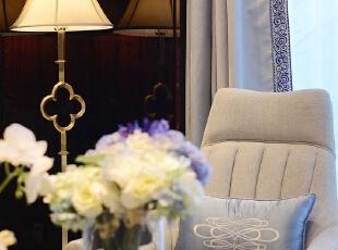 在这里,空间得到了高效的运用,宽敞明亮的客厅与休闲区连成一片,一个个巧妙的门框可以连接中、西餐厅与家庭室,建筑上大面积落地窗的应用,可以将中间庭院的绿色尽收眼底,设计师没有用花俏的设计语言去修饰填满整个空间,而是用适当的留白、内敛沉稳的设计语言让线性的装饰更加简洁流畅、神清气爽。,605平,64万,简约,别墅,客厅,黑白,
