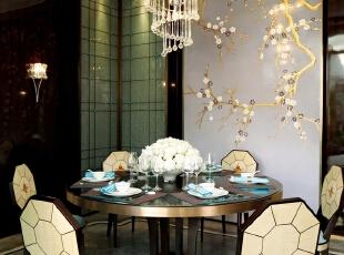 """这里的每一件家具饰品都是经过精细挑选,低调华贵,经得起严格的标准检验。局部的细节更是令人眼前一亮,开放式的餐厅圆桌、天花上悬吊的水晶饰灯、刺绣质地的墙纸贴画、旋转楼梯栏杆上的宝石""""眼睛""""、丝绵质地的沙发床品……还有名师设计的座椅、灯具,名家收藏的刺绣、油画、装饰摆件在每个功能区都是点睛之笔。,605平,64万,简约,别墅,餐厅,黑白,"""