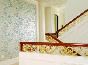 楼梯间 楼梯间的楼梯扶手别具一格,铜与木质扶手相得益彰,充分体现出设计师的人文关怀与对细节品质的把控。,500平,200万,田园,别墅,楼梯,白色,